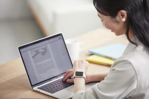 ノートパソコンを開き仕事をする女性の写真素材 [FYI04850624]