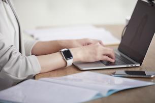 ノートパソコンを開き仕事をする女性の写真素材 [FYI04850638]