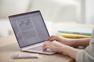 ノートパソコンを開き仕事をする女性の写真素材 [FYI04850640]