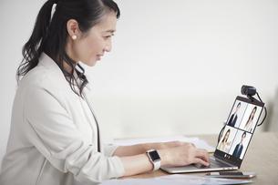 ノートパソコンを開き仕事をする女性の写真素材 [FYI04850642]