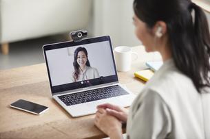 ノートパソコンを開き仕事をする女性の写真素材 [FYI04850643]