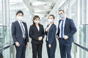 マスクを装着したビジネスチームの写真素材 [FYI04850899]