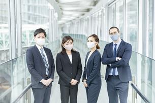 マスクを装着したビジネスチームの写真素材 [FYI04850900]