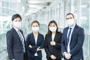 マスクを装着したビジネスチームの写真素材 [FYI04850901]