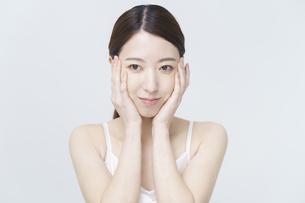 美容イメージ・顔を触る女性の写真素材 [FYI04850917]
