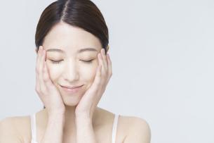 美容イメージ・顔を触る女性の写真素材 [FYI04850919]