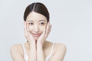 美容イメージ・顔を触る女性の写真素材 [FYI04850921]