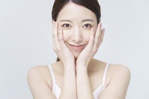 美容イメージ・顔を触る女性の写真素材 [FYI04850922]