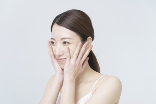 美容イメージ・顔を触る女性の写真素材 [FYI04850923]