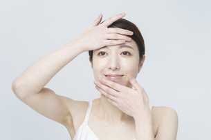 美容イメージ・顔を触る女性の写真素材 [FYI04850925]