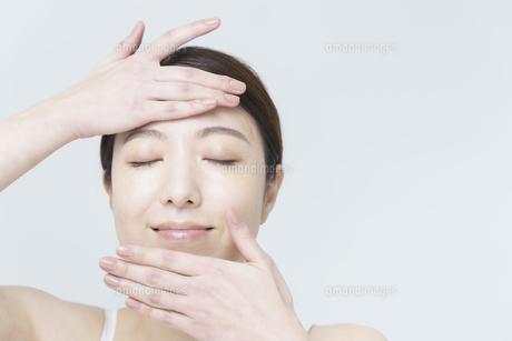 美容イメージ・顔を触る女性の写真素材 [FYI04850927]