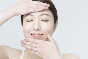 美容イメージ・顔を触る女性の写真素材 [FYI04850928]