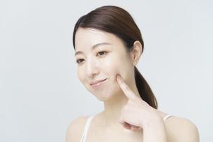 美容イメージ・顔を触る女性の写真素材 [FYI04850929]