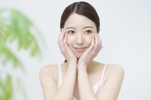 美容イメージ・顔を触る女性の写真素材 [FYI04850932]