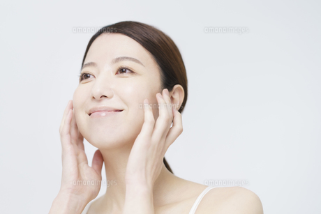 美容イメージ・顔を触る女性の写真素材 [FYI04850934]