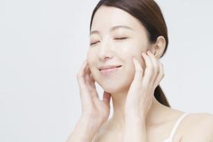 美容イメージ・顔を触る女性の写真素材 [FYI04850935]