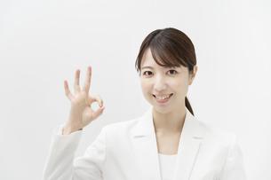 「OKサイン」をするビジネスウーマンの写真素材 [FYI04851014]