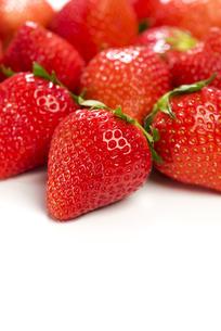 真っ赤に熟した苺の写真素材 [FYI04851072]