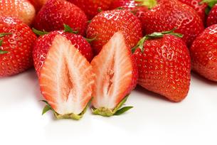 真っ赤に熟した苺の写真素材 [FYI04851075]