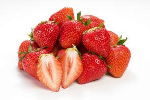 真っ赤に熟した苺の写真素材 [FYI04851076]