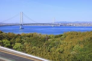 明石海峡大橋と神戸市街の写真素材 [FYI04851126]