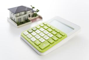 電卓と住宅模型の写真素材 [FYI04851127]
