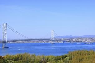 明石海峡大橋と神戸市街の写真素材 [FYI04851130]