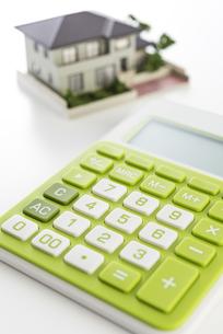 電卓と住宅模型の写真素材 [FYI04851131]
