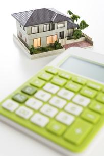 電卓と住宅模型の写真素材 [FYI04851134]