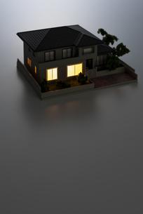 明かりのついた住宅模型の写真素材 [FYI04851141]