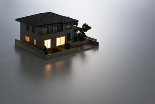 明かりのついた住宅模型の写真素材 [FYI04851143]