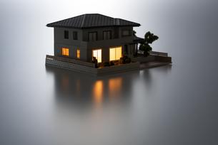 明かりのついた住宅模型の写真素材 [FYI04851145]