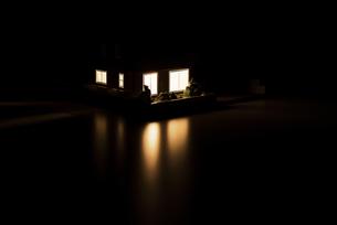 明かりのついた住宅模型の写真素材 [FYI04851146]