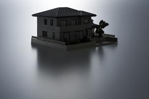 暗い背景に住宅模型の写真素材 [FYI04851147]