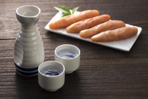 日本酒と辛子明太子の写真素材 [FYI04851188]