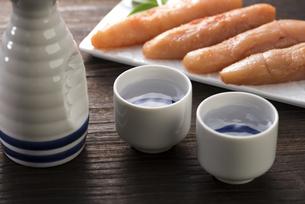 日本酒と辛子明太子の写真素材 [FYI04851190]