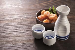 日本酒と辛子明太子の写真素材 [FYI04851211]