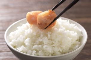 炊きたてのご飯と辛子明太子の写真素材 [FYI04851219]