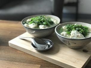 水餃子のスープの写真素材 [FYI04851310]