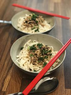 汁なし混ぜ麺(ほぐし鶏肉、意麺)の写真素材 [FYI04851322]