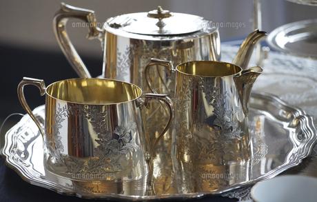 銀食器のティーセットの写真素材 [FYI04851439]