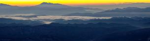 八方尾根から望む浅間山と山並みの夜明けの写真素材 [FYI04851495]