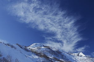 冬晴れの八方尾根丸山と高層雲の写真素材 [FYI04851501]
