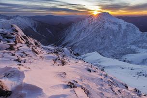 中央アルプス_厳冬期の島田娘周辺から三沢岳の夕景の写真素材 [FYI04851535]