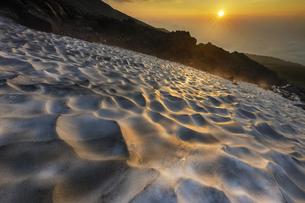 乗鞍岳大雪渓からの日の出の写真素材 [FYI04851537]