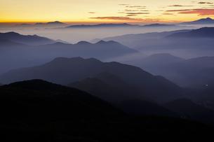 乗鞍岳からの朝焼けと連なる山々の写真素材 [FYI04851542]