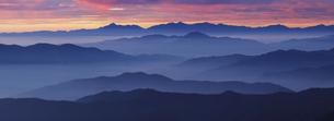 乗鞍岳から朝焼けする空と南アルプスまで連なる山並みの写真素材 [FYI04851543]