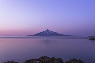 夜が明けたあとの利尻富士の写真素材 [FYI04851736]
