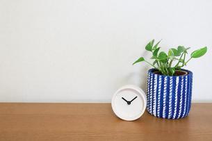机の上の時計の写真素材 [FYI04851744]