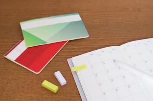 貯金通帳とカレンダーの写真素材 [FYI04851748]